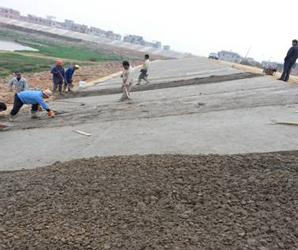 信瑞5标现浇砼护坡施工顺利进行